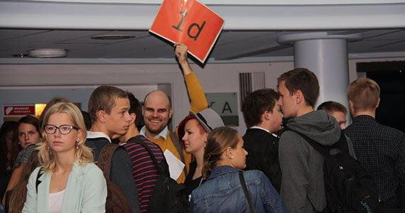 Elever til skolestart i 2012 og en lærer, der holder et skilt med teksten 1.d