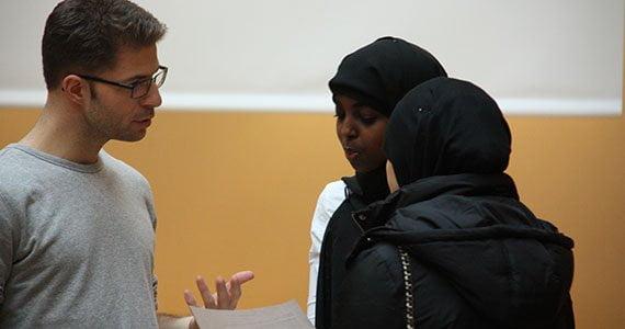 Lærer taler med to elever