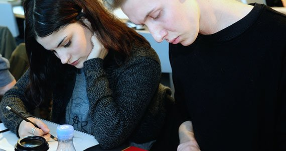 To elever der koncentrerer sig om at lave lektier