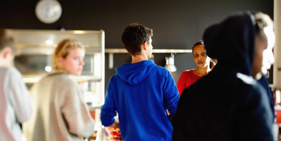 Elever står i kø i caféen