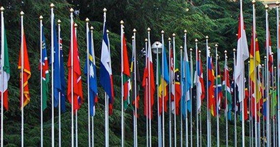 Flagstænger med flag fra mange forskellige lande
