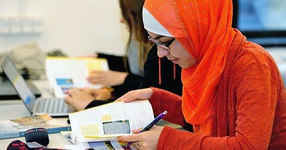 Elev der arbejder med et opgavehæfte