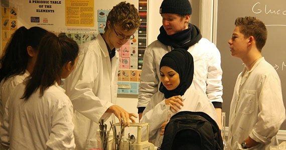 Elever iført laboratoriekitler