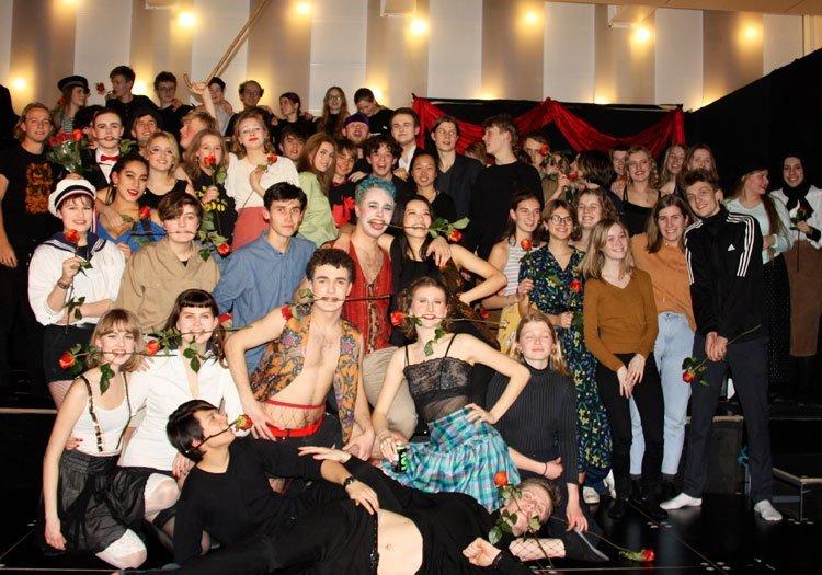 Gruppebillede af elever i kostumer fra Gefions Musical