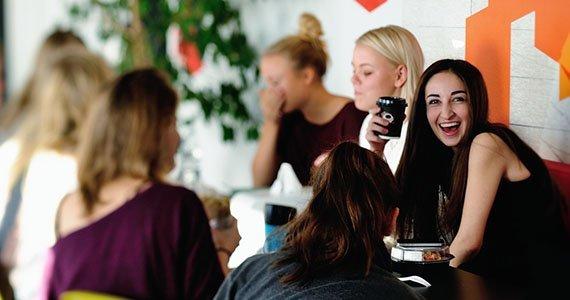 Elever der spiser i caféen på Gefion Gymnasium