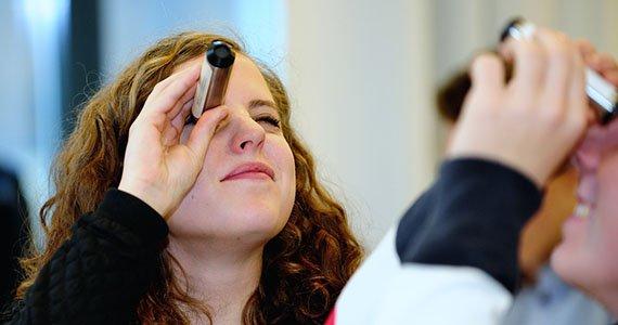 elever der ser ind i spektroskop