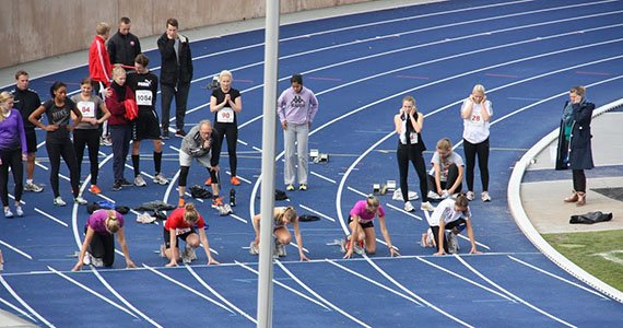 Elever i startposition på løbebane