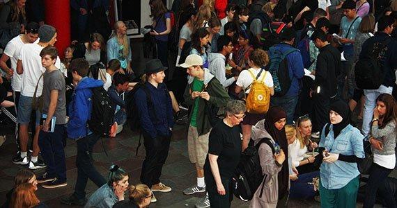 En masse foskellige elever i stor sal