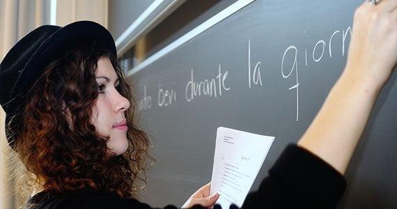Elev der skriver italiensk med kridt på tavle