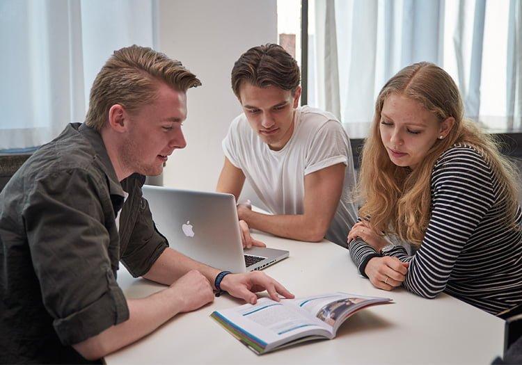 Tre elever der læser i en bog