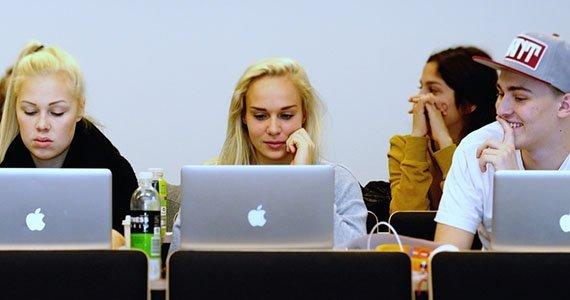 Elever der arbejder bag deres bærbare computere