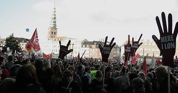 Stor demonstration på rådhuspladsen
