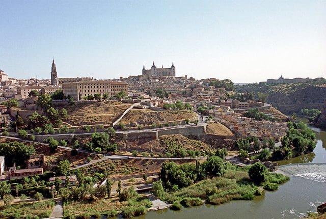 Spansk bylandskab med historiske bygninger