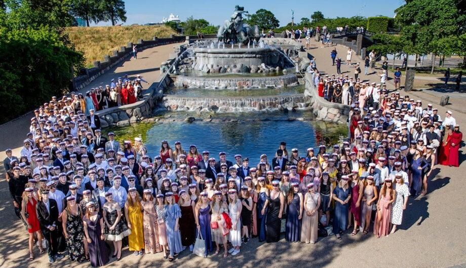 Gruppebillede taget oppefra af årets studenter foran Gefionspringvandet