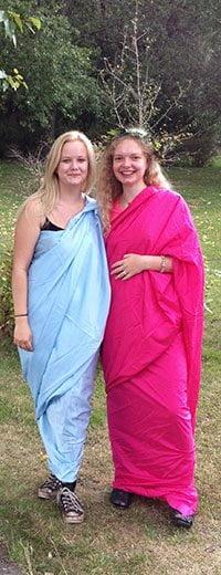 To elever i en lyseblå og pink toga