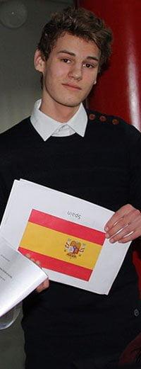 Elev der er ved at fremlægge og har et papir i hånden med det spanske flag på