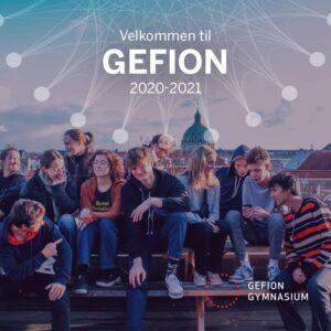 Forsiden af studieretningshæfte, hvor en flok elever sidder sammen på en bænk udenfor med københavns skyline i baggrunden