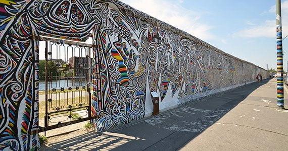 Berlinmuren kunstnerisk bemalet ved Eastside Gallery
