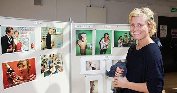 Elev foran tavle med billeder lavet i billedværkstedet