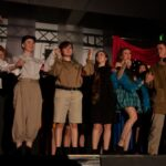Elever på scenen modtage publikums klapsalver
