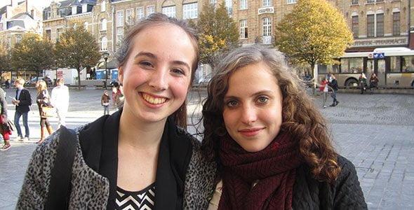 To elever på en plads i udenlandsk by