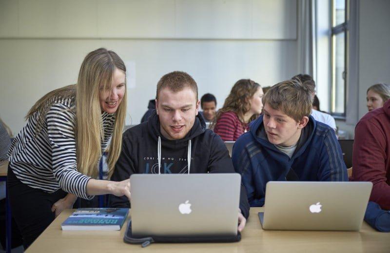 Elever, der arbejder sammen bag deres bærbare computere
