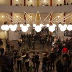 Lærere, elever og besøgende samlet i rotunden