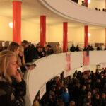Elever står og kigger ned i rotunden fra etage