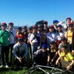 Gruppebillede af elever med cykelhjelme på