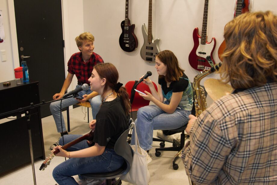 Elever i band, der skal til at spille