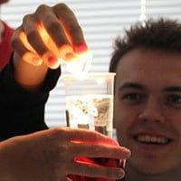 Elever i færd med at lave et forsøg i et glas